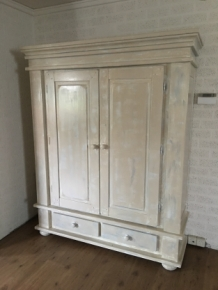 Mooi grote vol eiken buffetkast in white wash.